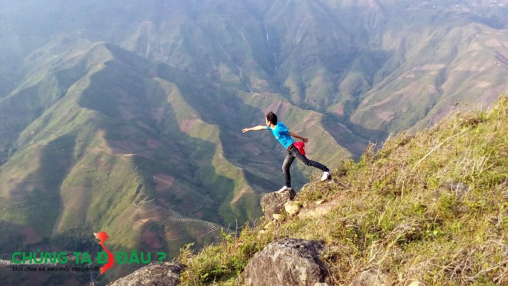 Ảnh chụp trên đỉnh núi giữa thung lũng Tà xùa
