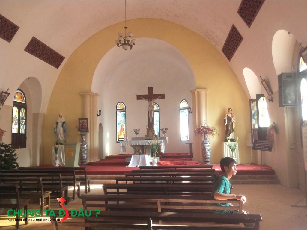 Bên trong nhà thờ đá