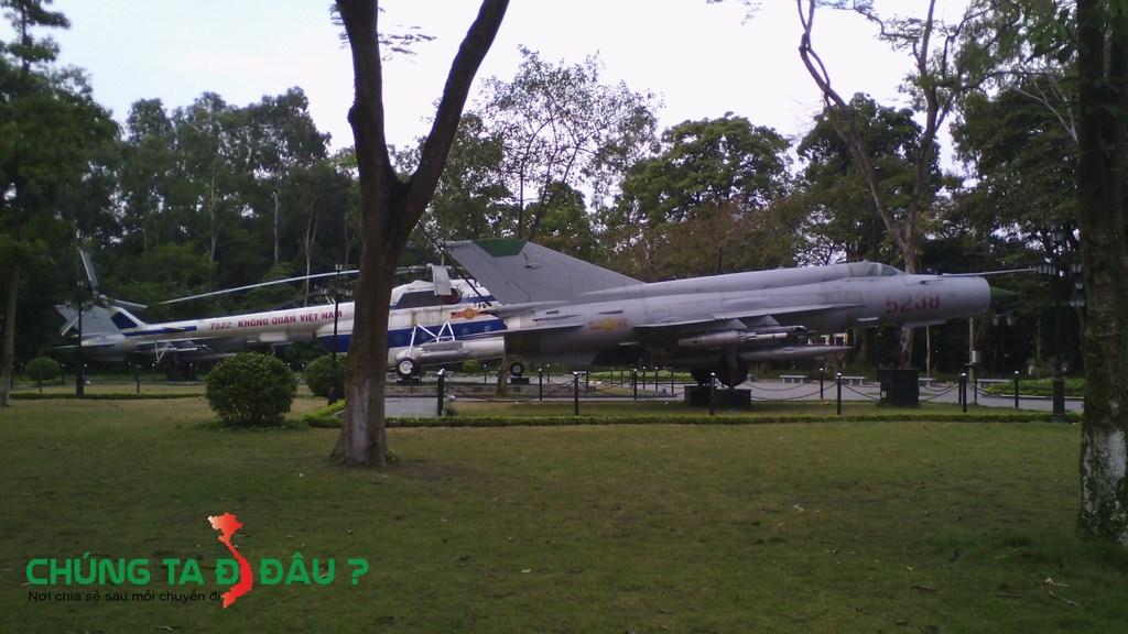 Phế tích máy bay trong chiến đấu tại thành cổ