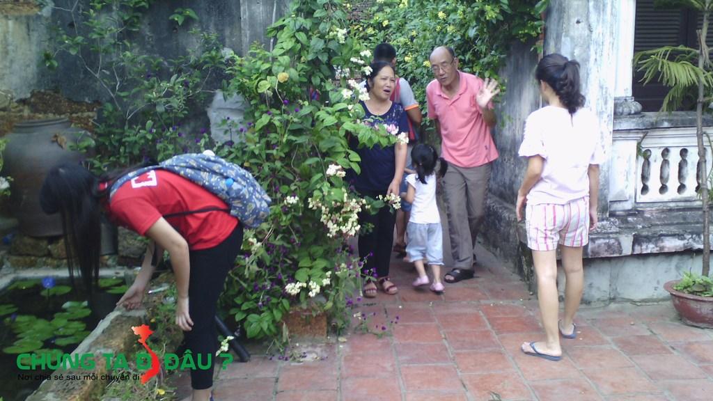 Trước sân những ngôi nhà cổ trồng rất nhiều hoa