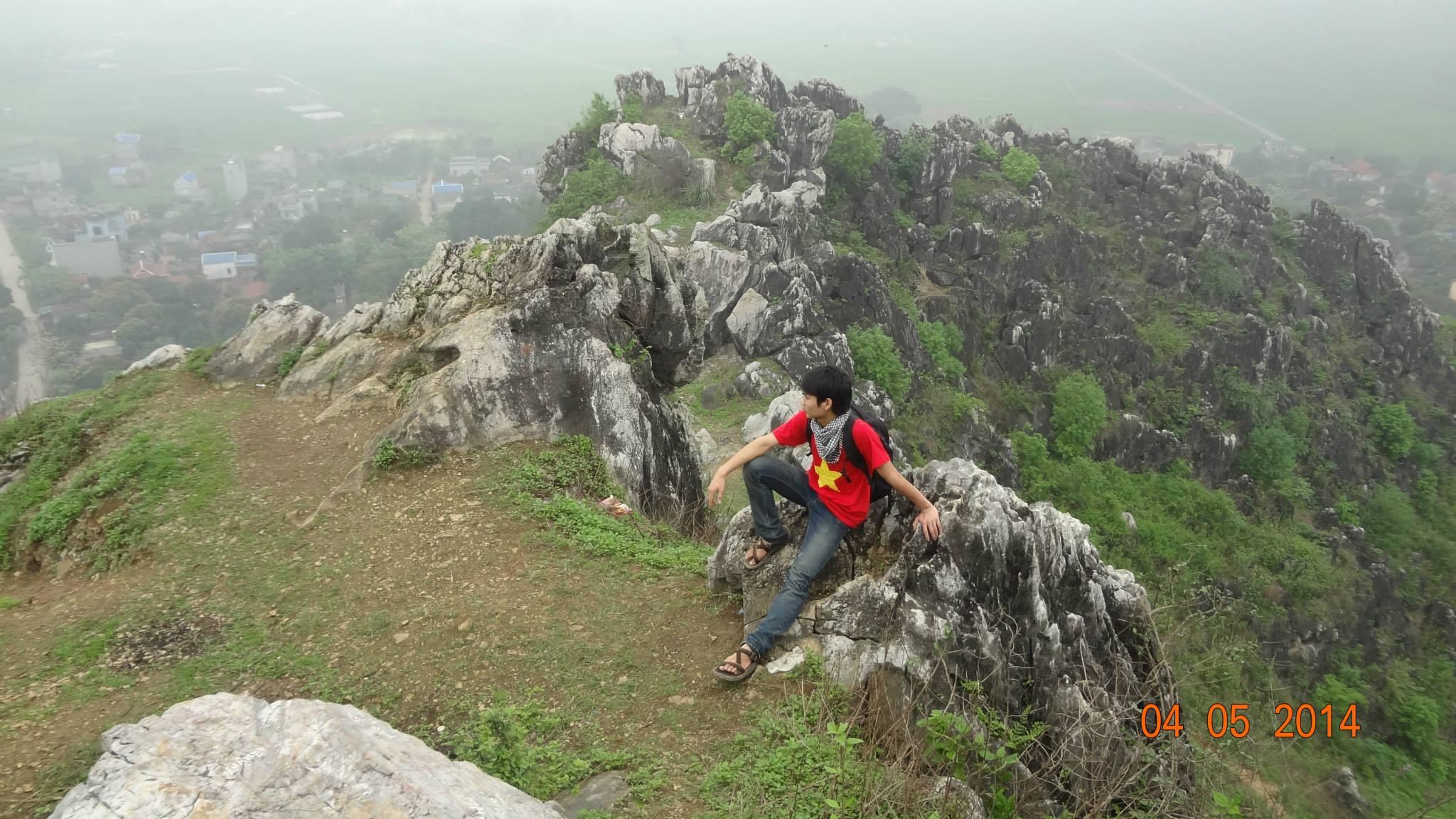 Ngồi nghỉ trên đỉnh núi
