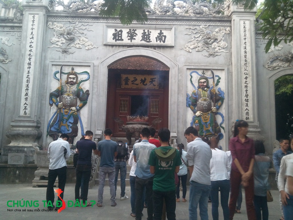 Thắp hương tại đền Hùng