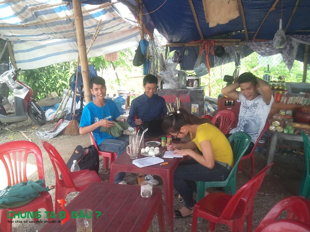 Ngồi nghỉ trưa tại chân cầu Phong Châu