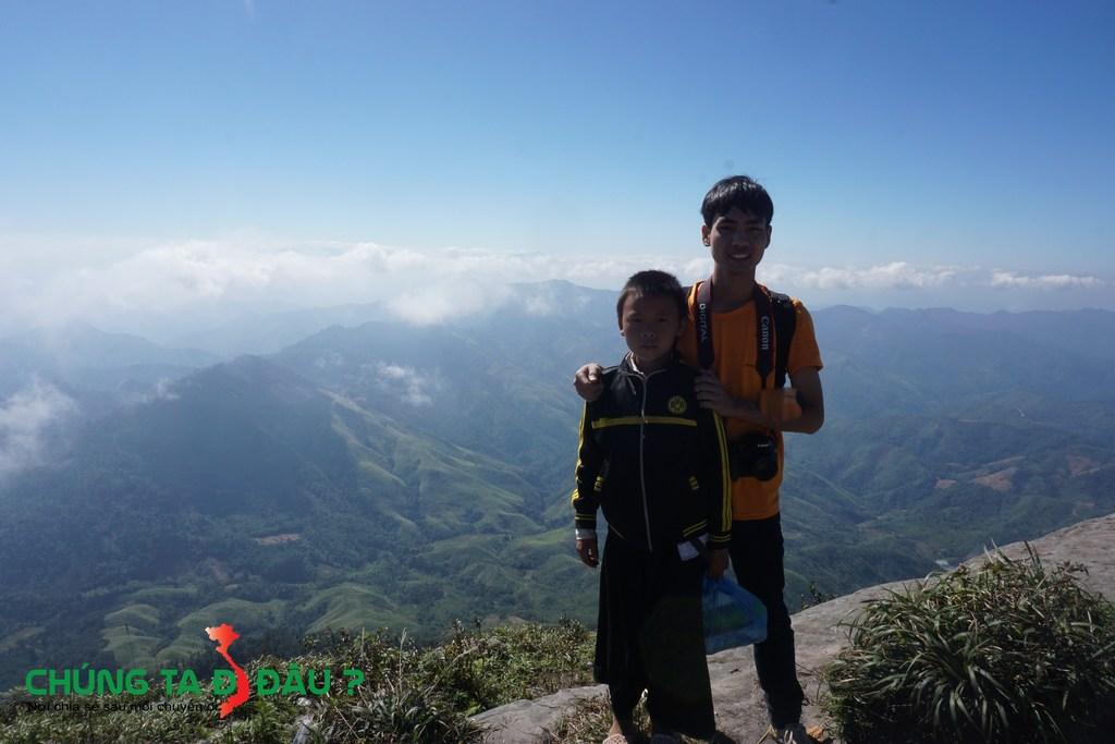Một em bé bán nước dọa trên đỉnh Pha Luông