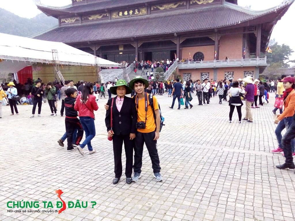 2 mẹ con trong chuyến du xuân lễ chùa đầu năm