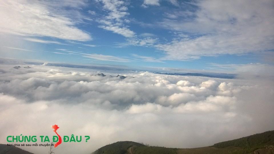 Phải đi xuyên qua cái biển mây này mới xuống núi và về được các bác ạ