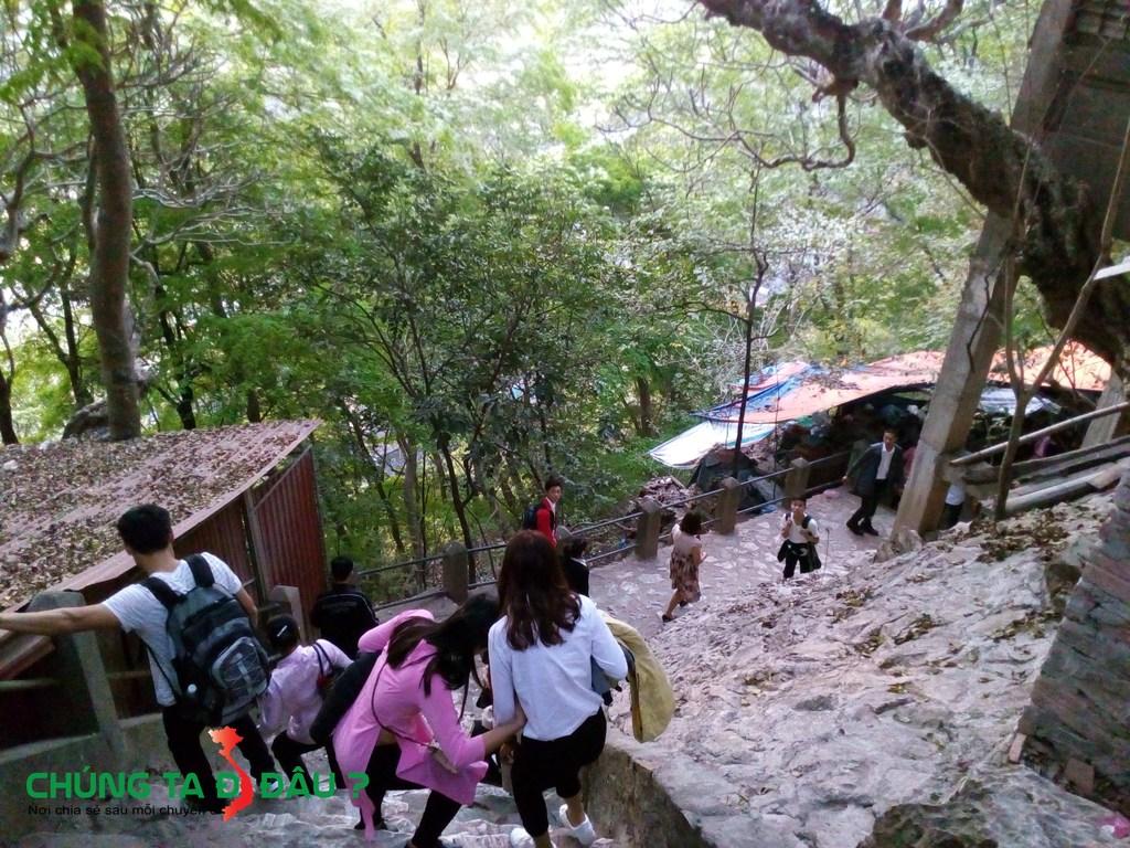 Đằng sau chùa Cao chính là đường sang hang Cắc cớ