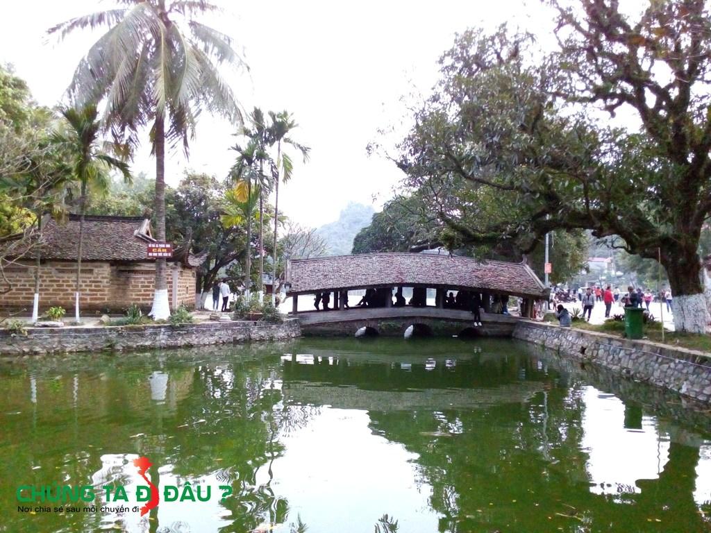 Cầu Nhật Tiên Kiều ở bên trái chùa Thầy