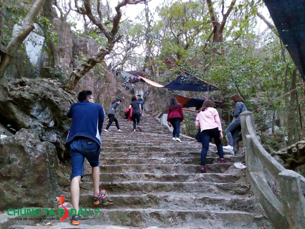 Đường lên chùa Cao