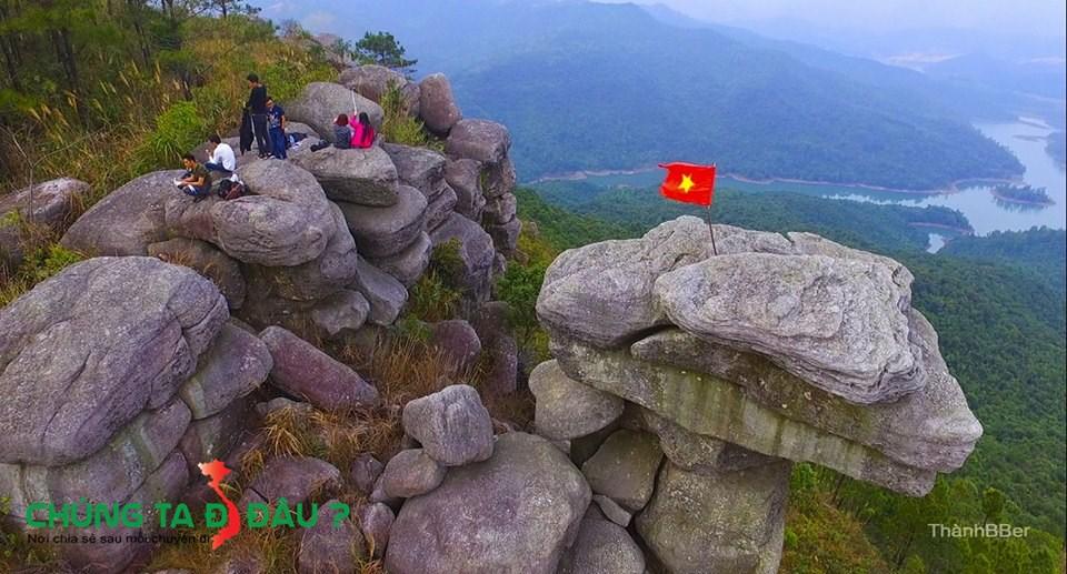 Toàn cảnh núi Đá Chồng