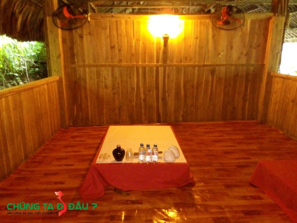 Không gian riêng dọc nhà lá dành cho những khách hàng cần sự riêng tư hoặc các hộ gia đình