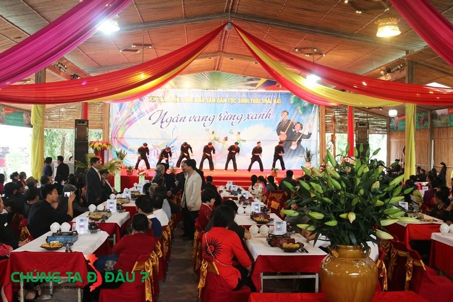Hội trường lớn dùng để tổ chức các hội nghị hoặc đám cưới trong Làng nhà sàn