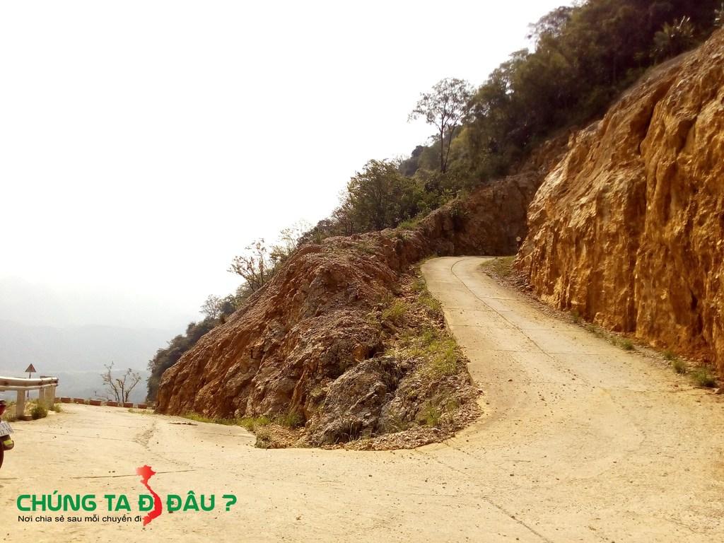 Những khúc cua 1 bên là vách núi 1 bên là vực sâu đòi hỏi tay lái phải cứng