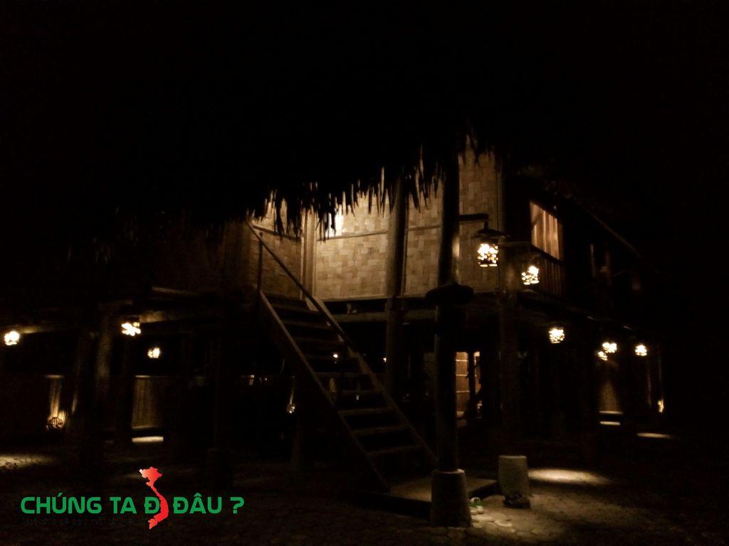 Bên dưới ngôi nhà sàn nhà những ngọn đèn lấp ló trông rất thích mắt