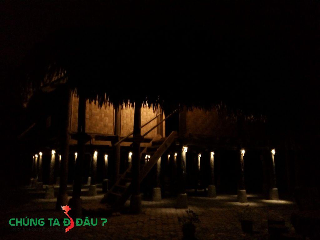 Mỗi cột nhà được là 1 bóng đèn, tạo nên 1 khung cảnh rất riêng không phải ở đâu cũng có