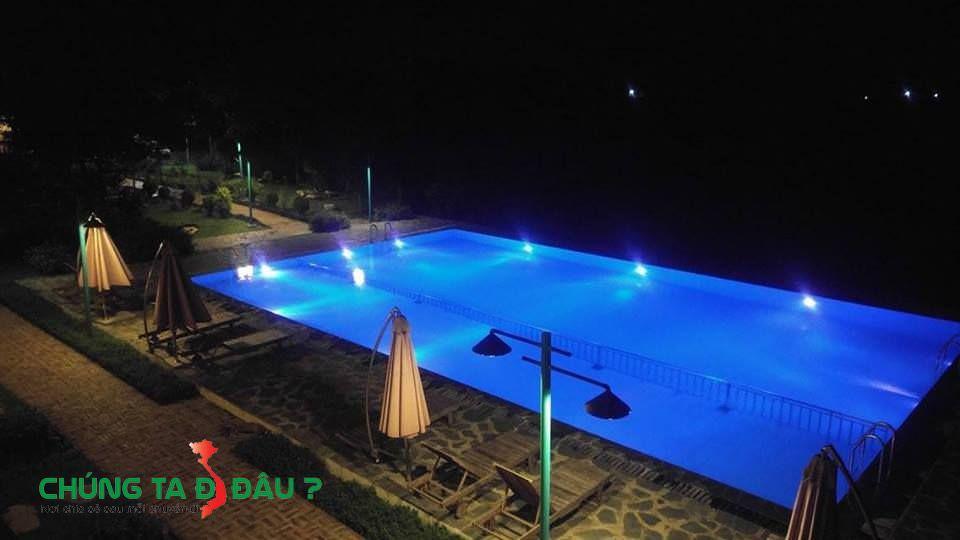 Bể bơi vào ban đêm