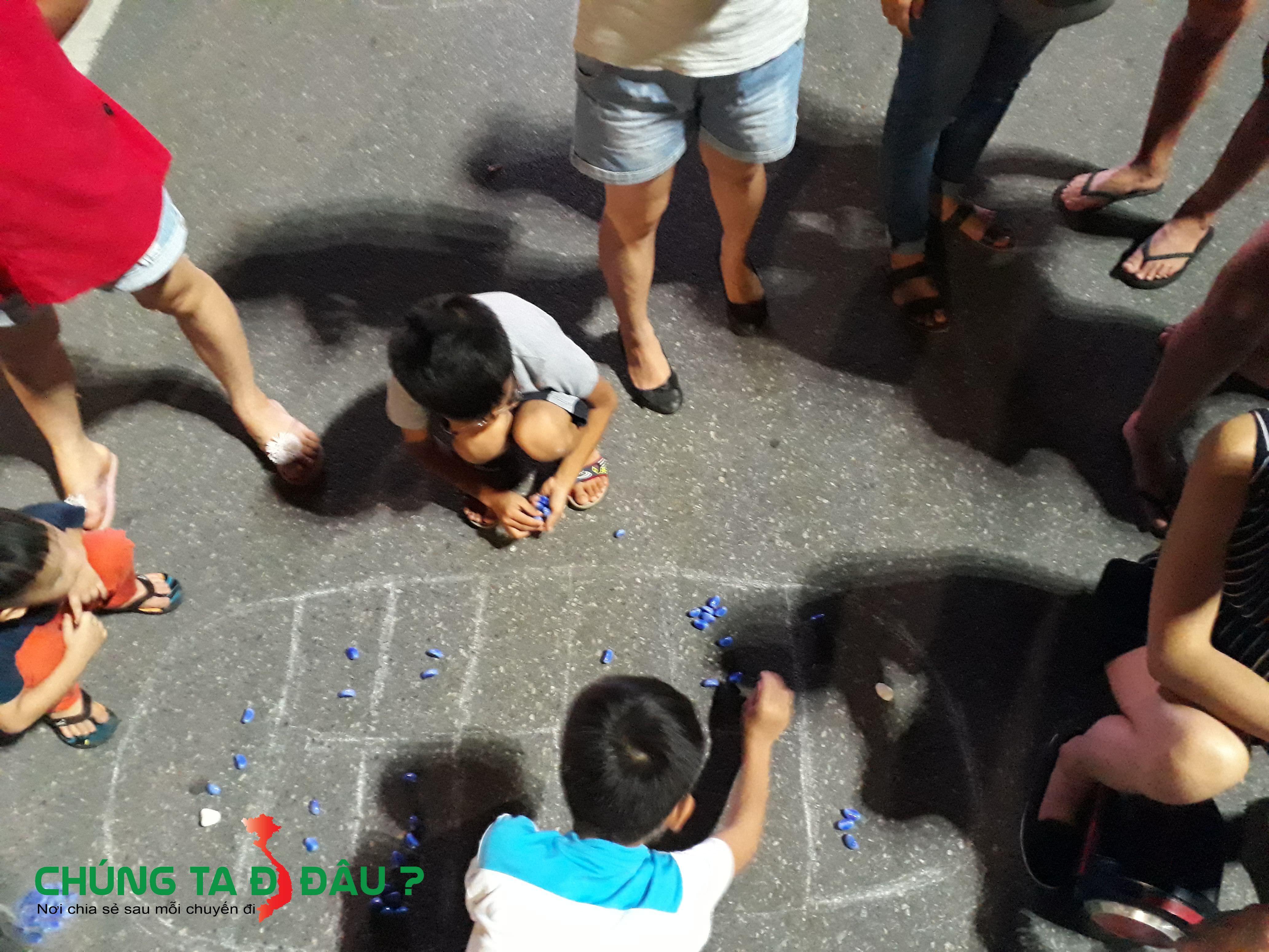 Các bạn trẻ chơi 'Ô ăn quan' ở phố đi bộ hồ Gươm