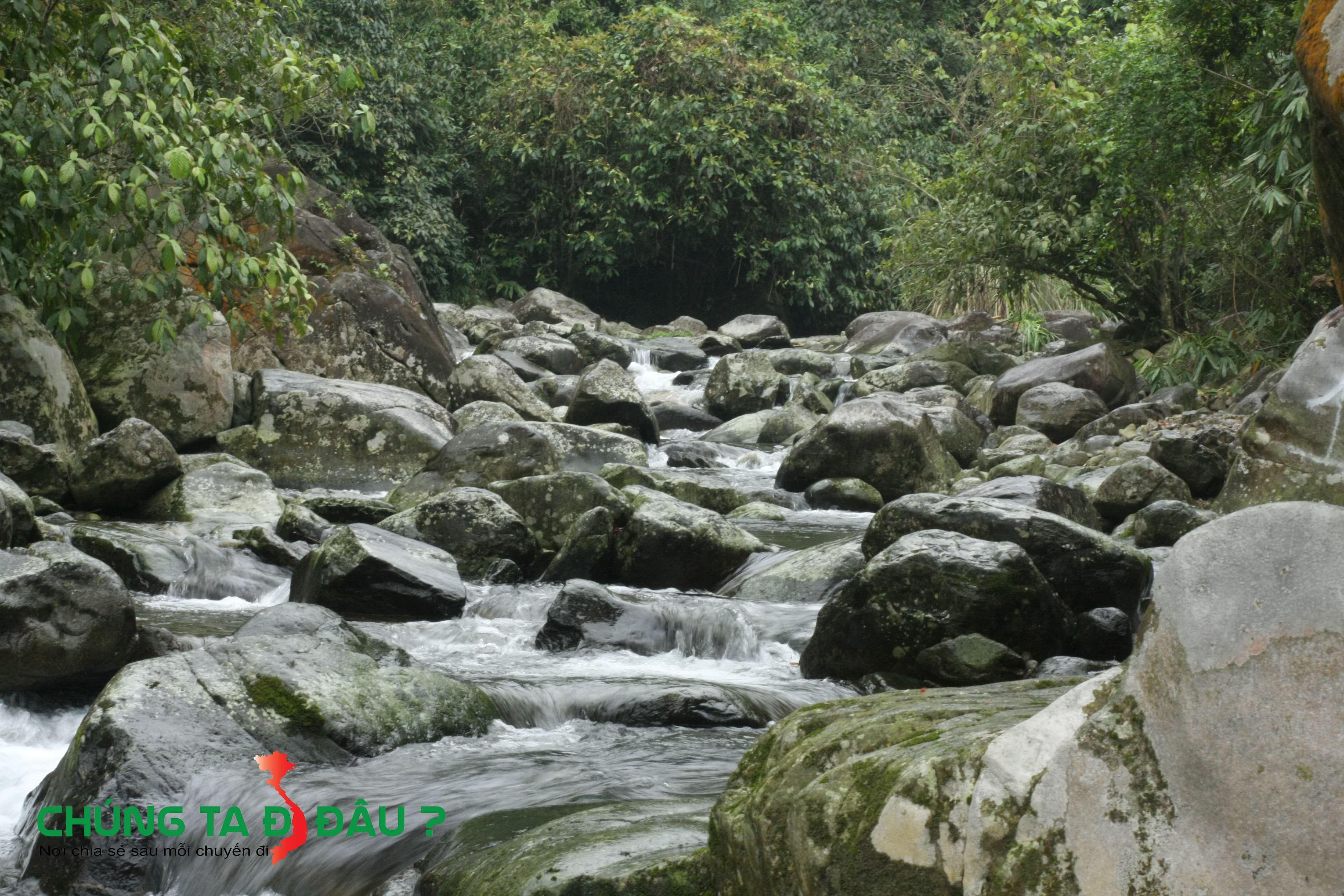 Dòng suối Kẹm trong vắt chảy từ trong núi ra