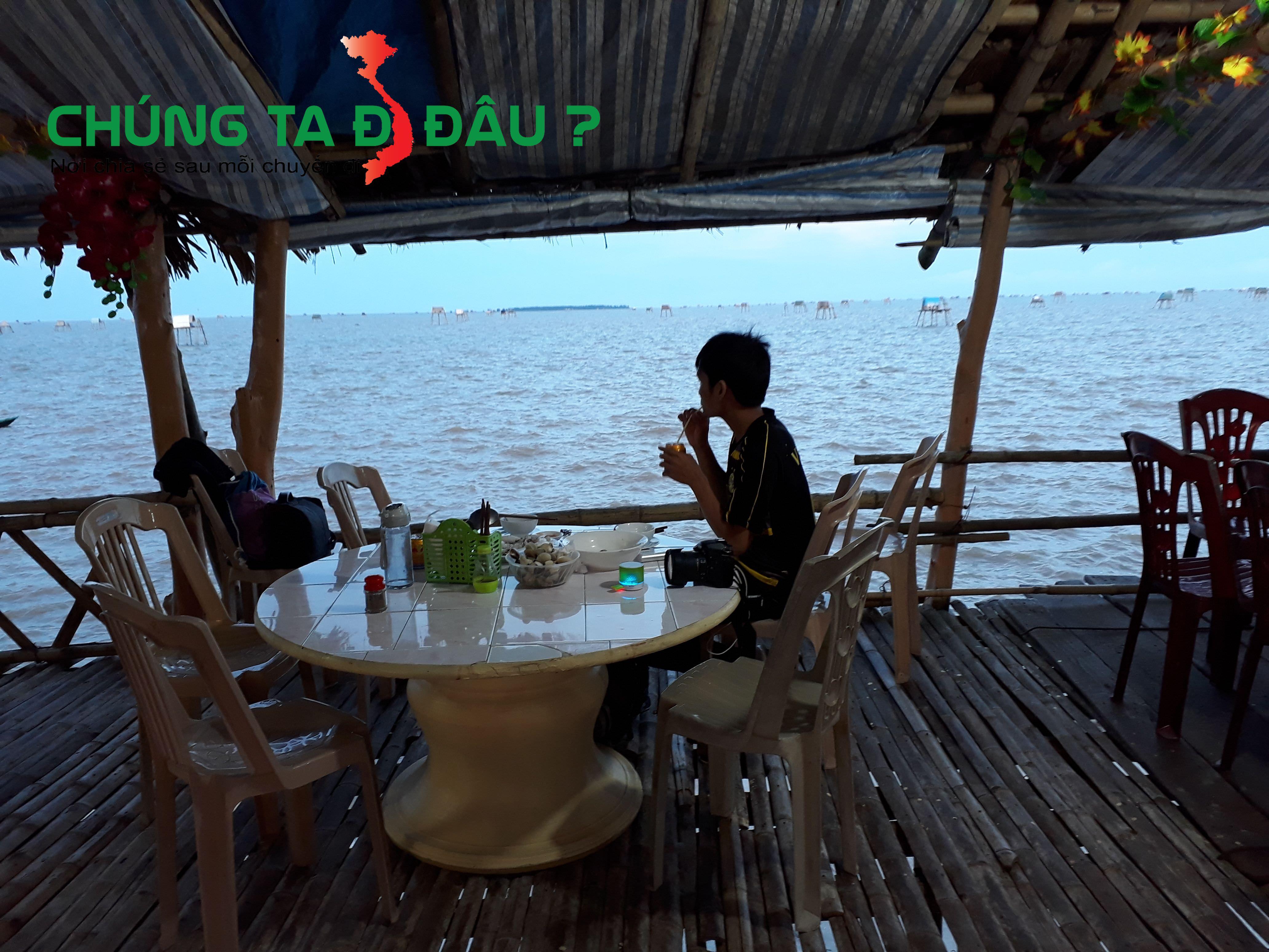 Vừa ăn vừa ngồi hóng mát ngắm biển