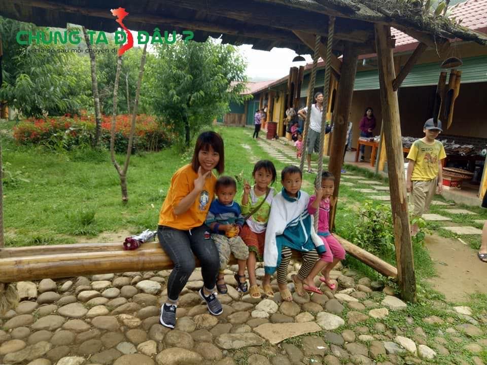 Chụp ảnh với các bé ở Sapa