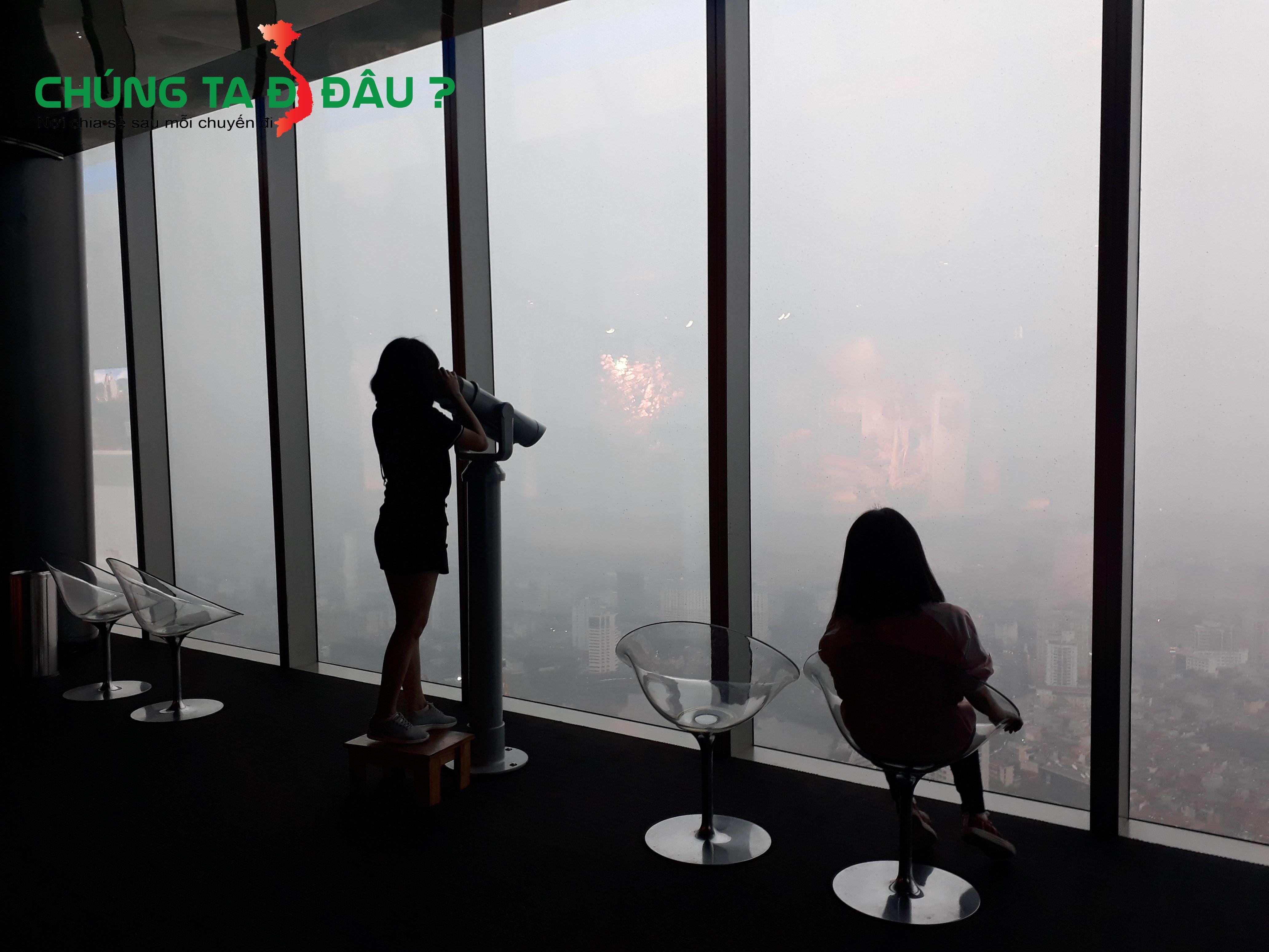 Ngắm quang cảnh Hà Nội từ đài quan sát bằng ống nhòm