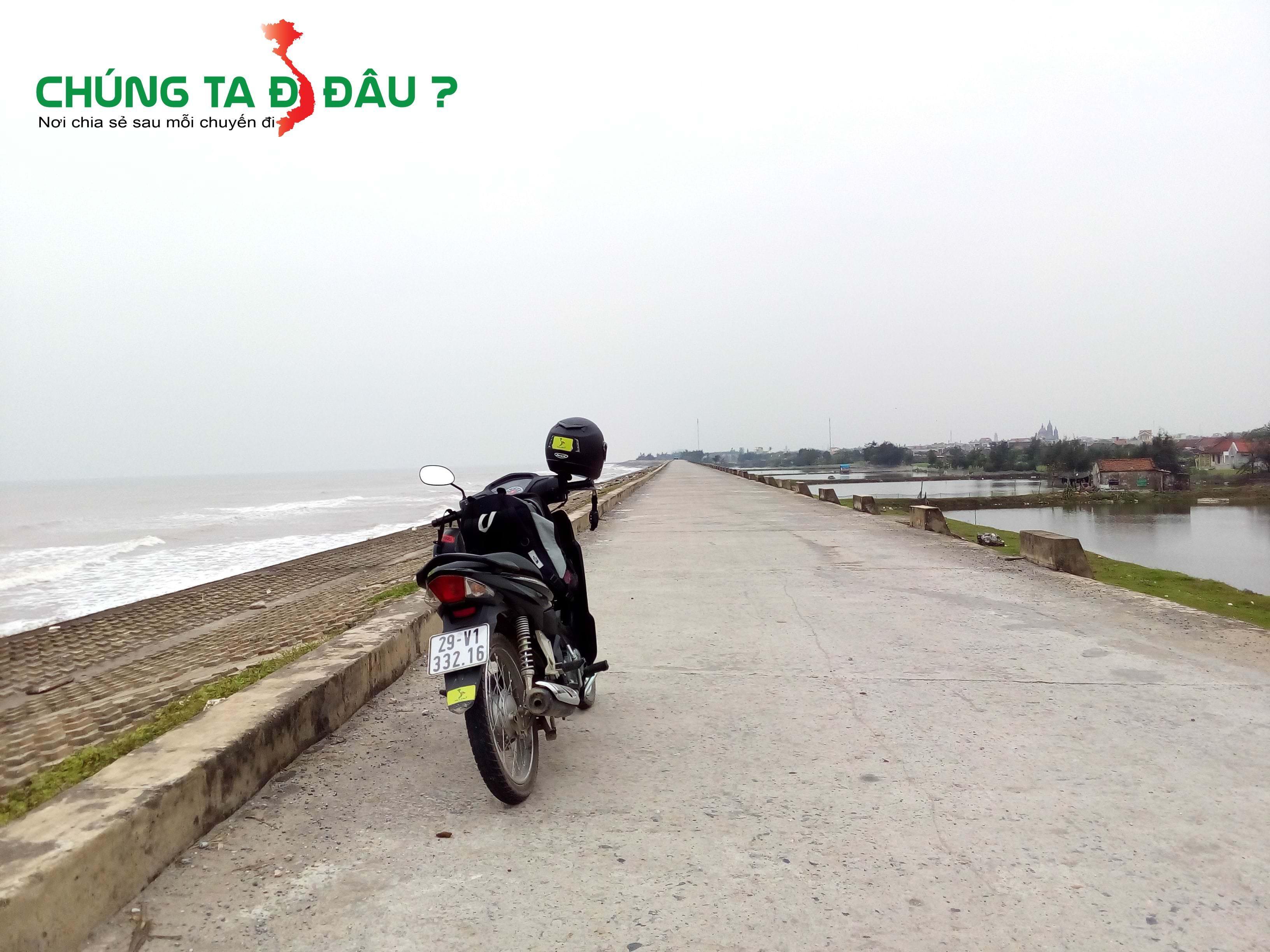 Đi xuôi theo con đường đê biển thẳng tắp