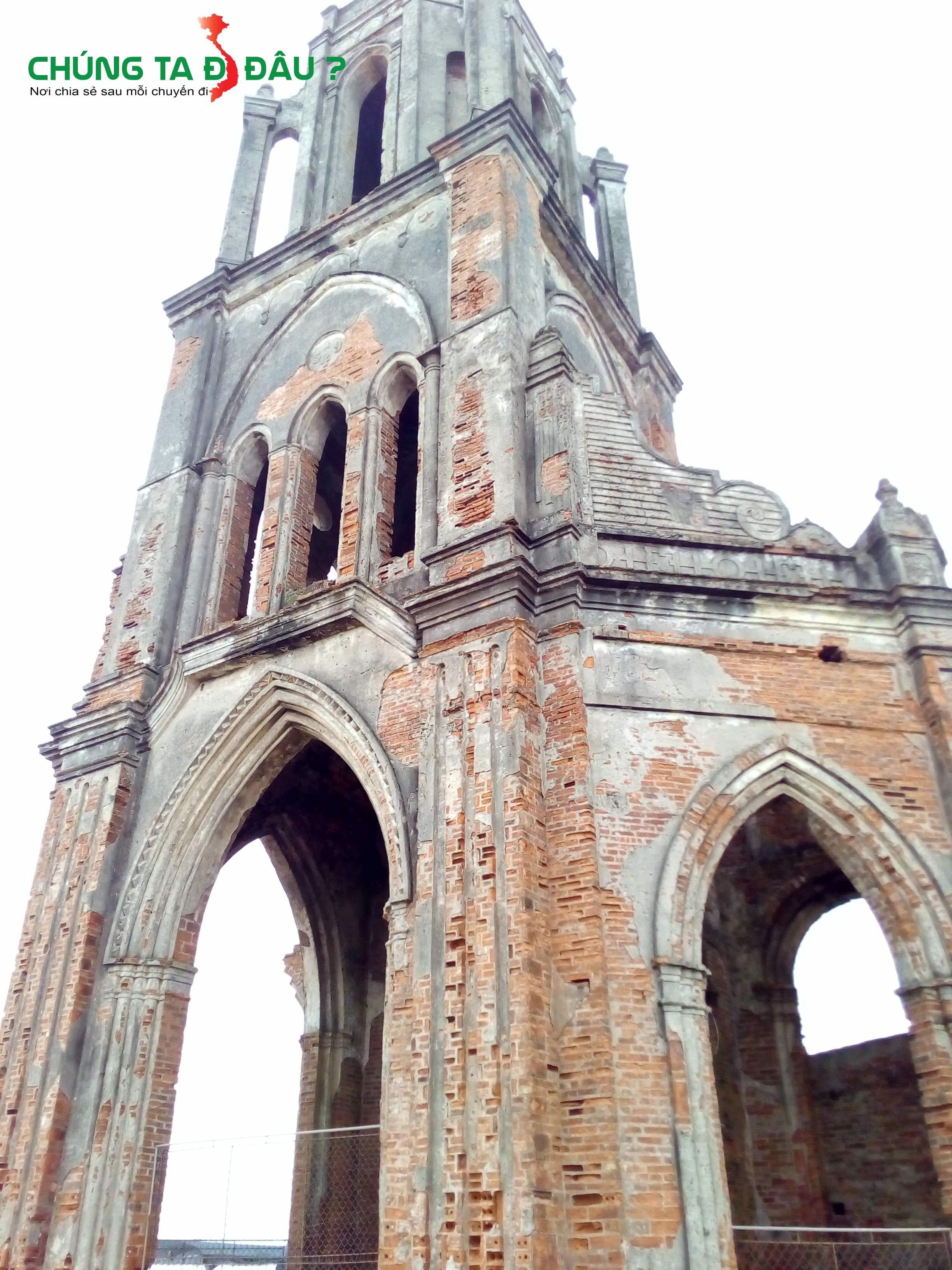 Cận cảnh nhà thờ đổ đã quá cũ