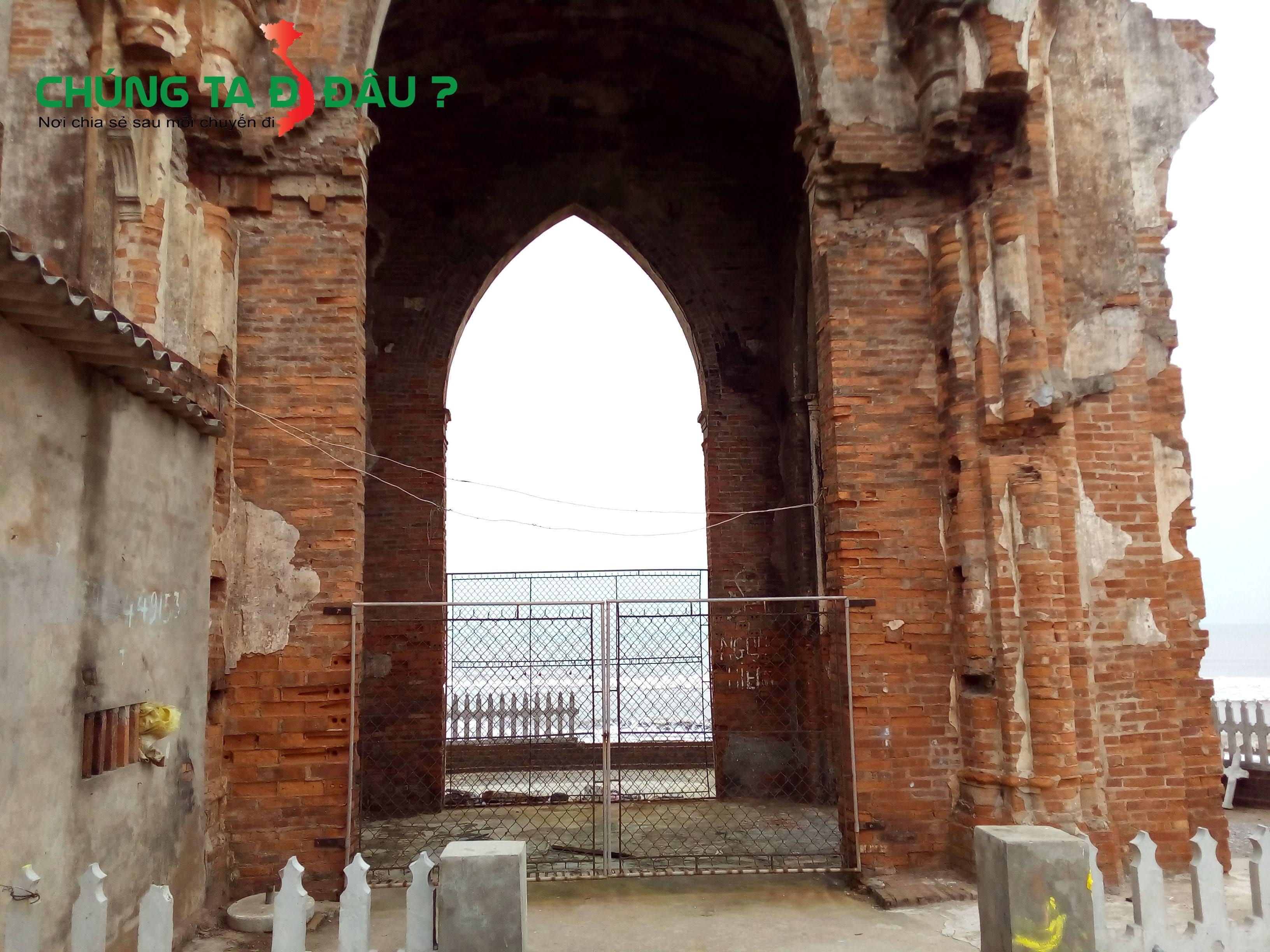 Rào chắn không cho du khách vào bên trong nhà thờ