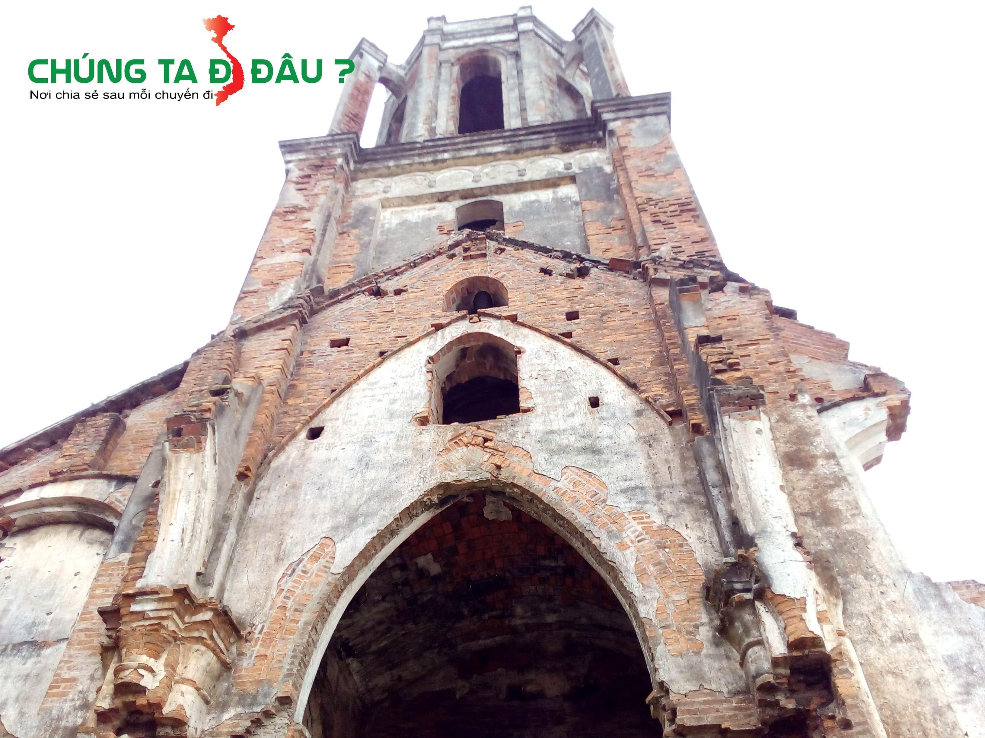 Nhà thờ chỉ còn lại 1 khoang phía trước, phía sau gần như đã đổ vỡ hết
