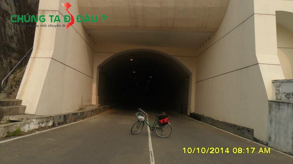 Đường hầm đi xuyên qua các cửa xả lũ