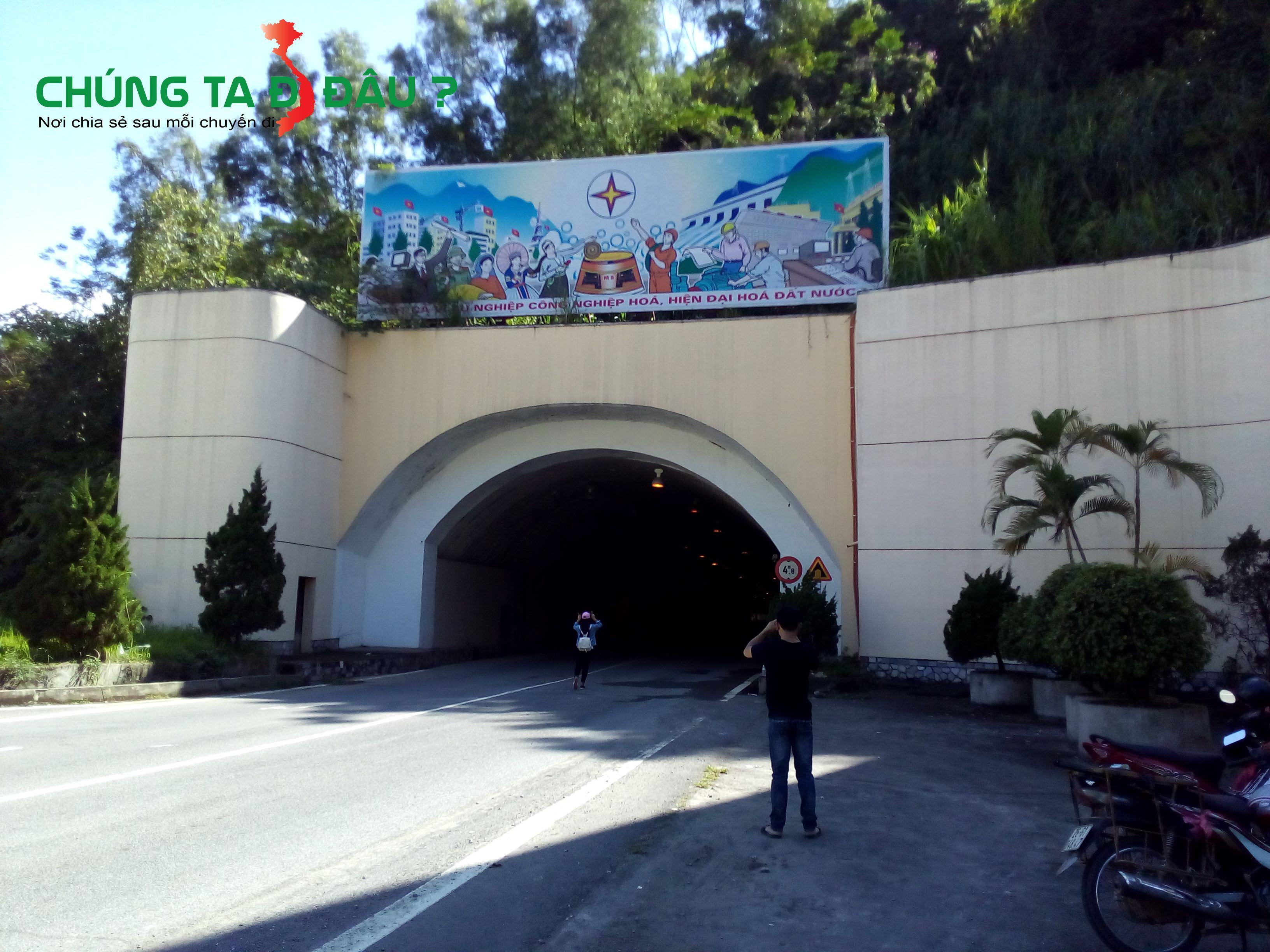 Phía trước đường hầm dẫn vào nhà máy thủy điện